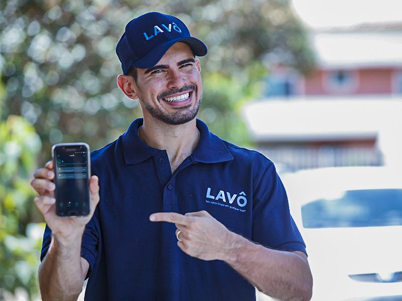parceiro apontando para celular