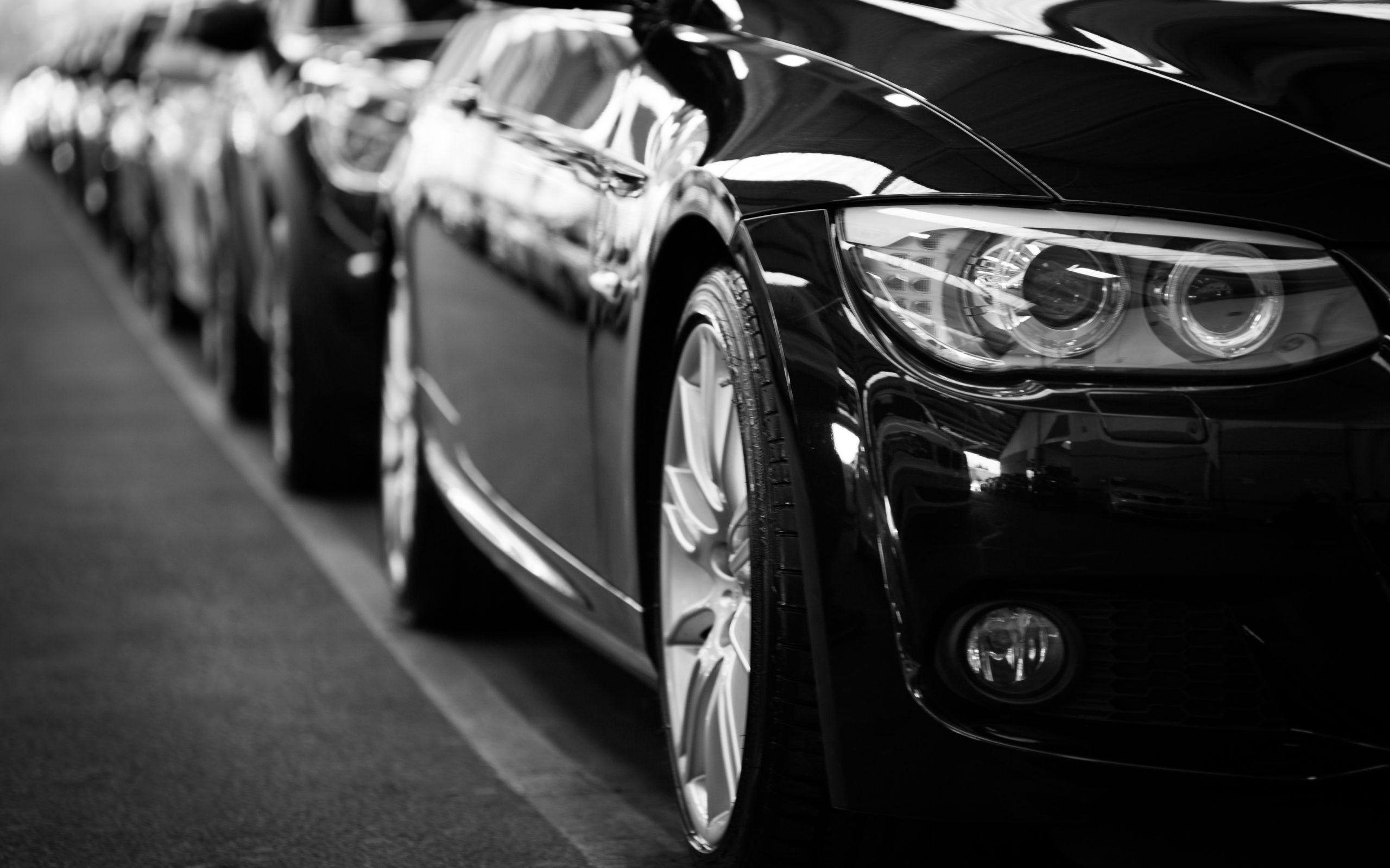 imagem preto e branco de um carro